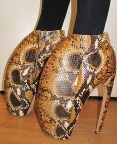Couture Footwear Frenzies: Daphne Guinness Rocks Alexander McQueen Armadillo Shoes in Public First Funky Shoes, Crazy Shoes, Me Too Shoes, Weird Shoes, Women's Shoes, Fashion Fail, Weird Fashion, Objet Wtf, Darwin Awards