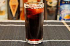 Kalimotxo (Calimocho) to bardzo prosty drink pochodzący z Kraju Basków w Hiszpanii. Do jego przygotowania potrzebne są jedynie dwa składniki: czerwone wino oraz coca-cola. Wydawać by się mogło, że taka mieszanka nie ma prawa istnieć. W rzeczywistości powstaje bardzo dobry i orzeźwiający drink. Najlepiej jest go podawać w wysokiej szklance typu highball z dużą ilością kostek lodu. Do Kalimotxo można również dodać kilka kropel cytryny oraz jej ćwiartkę jako ozdobę.
