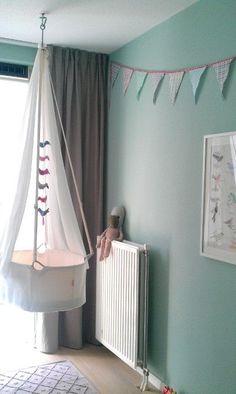 Nursery. Cuna colgante, niños, habitación infantil