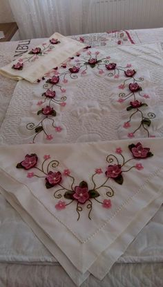Embroidery Stitches, Hand Embroidery, Cappuccinos, Crochet Doilies, Needlework, Diy And Crafts, Flowers, Embroidered Towels, Tinkerbell