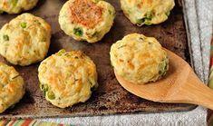 Νόστιμα μπιφτεκάκια από πατάτα στο φούρνο που θα αρέσουν σε όλη την οικογένεια. Δοκιμάστε να τα συνοδεύσετε με γιαούρτι και μια πλούσια σαλάτα.