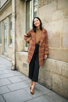 Plaid car coat with caramel turtleneck, cropped black pants & suede pumps Paris Outfits, Fall Outfits, Curvy Fashion, Womens Fashion, Business Outfits, Work Wardrobe, Work Attire, Office Fashion, Autumn Winter Fashion