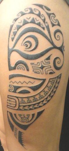 Tatoo de Totem ou Dieu Polynésien appelé Tiki sur le Haut Jambe d'un Homme