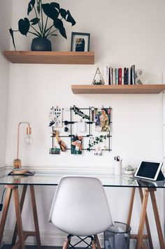 DECOSTORE → 110 home offices mais incriveis do Pinterest. 110 home offices mais incriveis do Pinterest. #decostore Study Room Decor, Cute Room Decor, Room Ideas Bedroom, Diy Bedroom Decor, Desk In Bedroom, Ikea Room Ideas, Home Office Bedroom, Shelves In Bedroom, Trendy Bedroom