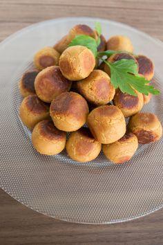Goda kikärtsbollar som är inspirerade av köttbullar. De är så himla goda och enkla att göra. Krydda dina kikärtsbollar efter smak, jag försökte få dem att smaka som köttbullar och det blev riktigt gott! Till och med barnen hyllade dem och det är ett gott betyg. Ca 25-30 st kikärtsbollar 2 burkar kokta kikärtor (400 …