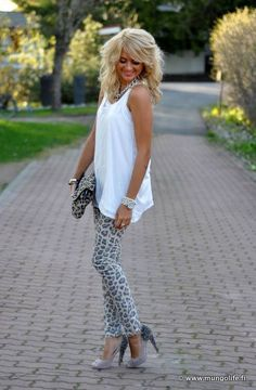 Super sexy Jaguar Print leggings, under a Semi shear tunic top that will tease showing just the bottom of the bottom, over similar animal print Heels and a totally matched Jaguar print Handbag. The wild looking blonde hair just screams of sexy. LOVE THIS OUTFIT!