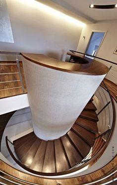 Zjawiskowe schody jak funkcjonalna rzeźba, w pełni podkreślą Twój indywidualizm.
