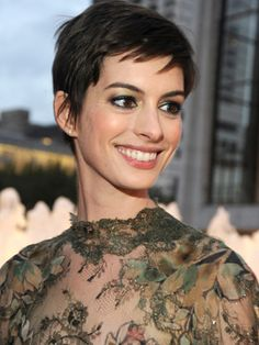 Anne Hathaway looking amazing as a pixie! Kind of makes me miss dark hair! Anne Hathaway Pixie, Paige Hathaway, Haircuts With Bangs, New Haircuts, Pixie Hairstyles, Short Hairstyles For Women, Pixie Haircuts, Emma Watson Short Hair, Emma Watson Pixie