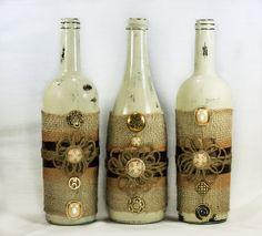 Centro de mesa rústico botella de vino. Pintura de angustiado, arpillera y guita. Decoración de la boda/hogar