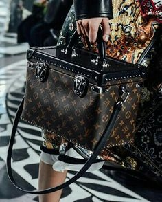 Monogram on the Louis Vuitton Women's Autumn-Winter 2016 runway. Collection by Nicolas Ghesquière. Louis Vuitton Handbags, Fashion Handbags, Purses And Handbags, Louis Vuitton Monogram, Nice Handbags, Louise Vuitton, Zapatillas Louis Vuitton, Beautiful Bags, My Bags