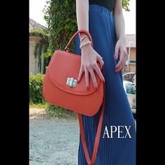 Quattro secondi di eleganza #elegant #fashion #cute #minivideo #summer #thebag #100madeinitaly #handmade #italy #leather #leatherbag #Apexsrl