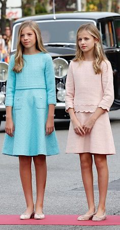Spanish RF: Princess Leonor and Infanta Sofia at National Day Dresses For Teens, Little Girl Dresses, Girls Dresses, Fashion 2020, Kids Fashion, Fashion Outfits, Princess Outfits, Royal Fashion, Kids Outfits