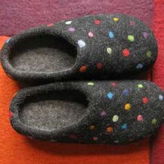 The best felt slippers in the world! - The best felt slippers in the world! Finally cozy warm feet more You are in the right place about an - Felt Patterns, Knitting Patterns, Crochet Patterns, Wet Felting, Needle Felting, Felt Flower Pillow, Homemade Stuffed Animals, Felt Shoes, Crochet Slippers