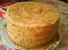 Výborný recept od Kateřiny, udělala jsem dort přesně podle jejích instrukcí. Výsledek – nejlepší dort, jaký jsme, kdy doma ochutnali! Co budeme potřebovat: ⠀ 500−550 g mouky 200 g cukru 2 vejce 100 g medu 100 g másla 1 čaj. lžička sody 400 g kondenzovaného mléka 200 g másla ⠀ Postup přípravy najdete na druhé … Poke Cakes, Lava Cakes, Fudge Cake, Brownie Cake, Sweet Recipes, Cake Recipes, Custard Cake, Gingerbread Cake, Cake Cookies