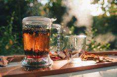 IngeuiTea // Le garantizamos que es la tetera más conveniente que existe. Cuando el té está listo, simplemente colóquelo sobre su taza. Esto hará que se libere una válvula al fondo que liberará al té claro como cristal, el que fluirá hacia abajo. El filtro de malla retendrá las hojas con uno de los mejores infusores del mercado. Muy fácil para lim Beer, Mugs, Tableware, Mesh, Tea Pots, Leaves, Crystals, Ale, Dinnerware