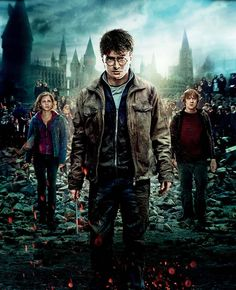 A gallery of Harry Potter and the Deathly Hallows: Part II publicity stills and other photos. Featuring Daniel Radcliffe, Emma Watson, Rupert Grint, Ralph Fiennes and others. Harry Potter Tumblr, Poster Harry Potter, Memes Do Harry Potter, La Saga Harry Potter, First Harry Potter, Harry Potter Pictures, Harry Potter Aesthetic, Harry Potter Movies, Daniel Radcliffe