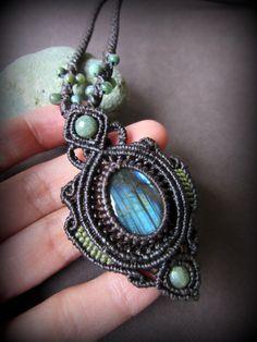 青い閃光のラブラドライト(カナダ産)ネックレス*天然石ペンダント*マクラメアクセ*パワーストーン - Tuwa Earth Crafts
