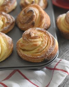 When a croissant meets a muffin amazing things happen! Tell me, can you think of something better than starting your day with one of these soft and flaky, buttery and perfectly sweet CRUFFINS… Baking Recipes, Cake Recipes, Dessert Recipes, Recipes With Yeast, Donut Recipes, Cruffin Recipe, Köstliche Desserts, Finger Food Desserts, Plated Desserts