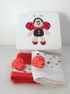 Caixa em mdf, encapada com tecido e toda trabalhada no patchwork de isopor. Acompanha 2 toalhas de mão e 2 sabonetes, antialérgicos, no formato de joaninha R$48,00