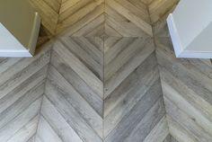 Herringbone and Chevron Parquet Wooden Flooring Planchers En Chevrons, Parquet Chevrons, Chevron Gris, Chevron Floor, Parquet Flooring, Wooden Flooring, Hardwood Floors, Interior Exterior, Interior Design