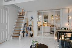 Zdjęcie:  mała kuchnia pod anresolą z drewnianymi schodkami i przeszkloną ścianką działową