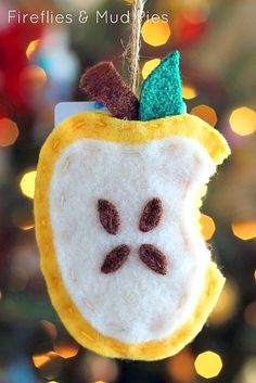 Teachers will love this handmade apple ornament with a gift card pocket this holiday season!