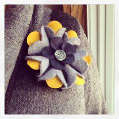 DIY Felt Flower Brooch with tutorial Felt Crafts Diy, Felt Diy, Diy Arts And Crafts, Fabric Crafts, Sewing Crafts, Fabric Brooch, Felt Brooch, Felt Fabric, Felt Flowers