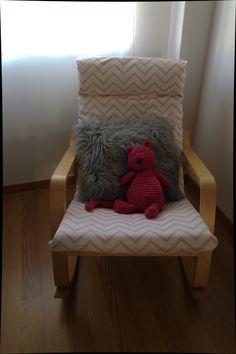 Uma cadeira de baloiço para dar de mamar à Maria, que a minha mãe forrou com um tecido lindo!