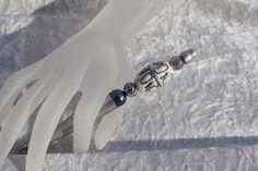 Hier aus meiner Kollektion Schmuckkugelschreiber ein Exemplar mit einem wunderschönen Perlenmix. Der Kugelschreiber ist aus Kunststoff und liegt daher leicht in der Hand. Die Perlen können...