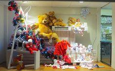Teneri peluches trudi, abbigliamento bambini per le feste e tanti altri giochi. Anche le nostre vetrine sono vestite a festa. Ecco l'allestimento natalizio Nidodigrazia! #vetrine #negozi #bambini #peluches #trudi