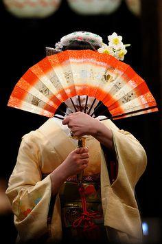 Geisha shared by Spazzy McGhee on We Heart It Japanese Drawings, Japanese Art, Japanese Style, Fan Image, Geisha Art, Geisha Japan, Memoirs Of A Geisha, Feather Fashion, Asian Tattoos