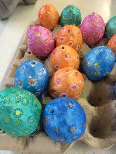 Meine Ostereier als Deko zum Aufhängen.  Um ein ausgeblasenes Ei selbsttrocknende Modelliermasse legen. Mit einem Filzstiftdeckel Blumen in die nasse Modelliermasse drücken und trocknen lassen.  Mit Acrylfarbe vorsichtig anmalen (Vertiefungen bleiben weiß) und nur noch aufhängen.