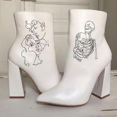 Coole weiße Stiefel - The joy of dressing is an art. Dr Shoes, Sock Shoes, Me Too Shoes, Shoes Heels, Disco Shoes, Pumps, Crazy Shoes, Fashion Art, Fashion Shoes