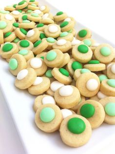 Patrick's Day Confetti Cookies Or do pretzels, rollo, and green m&m's Mini Cookies, Yummy Cookies, Yummy Treats, Sweet Treats, St. Patrick's Day Diy, Confetti Cookies, St Patricks Day Food, Valentines Day Food, Holiday Treats