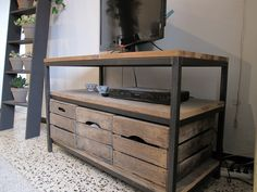 Meuble télé acier et sapin massif avec caisses en bois assorties Metal Furniture, Industrial Furniture, Cool Furniture, Furniture Design, Industrial Table, Modern Industrial, Medieval, Home Salon, Attic Rooms