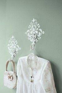 Print het sjabloon van het ornament en neem hem over op de muur. Begin met potlood en maak hem af door het geheel met een klein dun kwastje in te kleuren