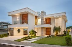 Color of house and tones. Detail on the glass body guard to appreciate the landscaping.