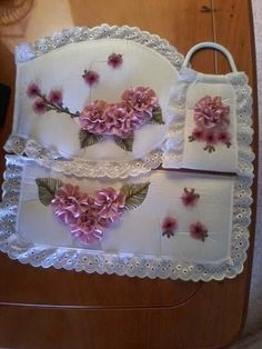 Diseños Creativos - Bordados y deshilados: Google+ Tambour Embroidery, Silk Ribbon Embroidery, Hand Embroidery Patterns, Bathroom Crafts, Bathroom Sets, Ribbon Art, Ribbon Bows, Diy Y Manualidades, Embroidery For Beginners