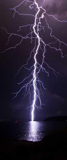 fierce lightning, onweer, storm over water All Nature, Science And Nature, Amazing Nature, Cool Pictures, Cool Photos, Beautiful Pictures, Amazing Photos, Nature Pictures, Fuerza Natural