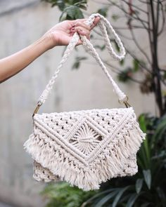 We're starting to feel that summer heat. And with it, some of us are dreaming of those long vacations. If you're… Macrame Purse, Macrame Knots, Macrame Patterns, Crochet Patterns, Diy Macrame Wall Hanging, Micro Macramé, Macrame Design, Macrame Projects, Knitted Bags