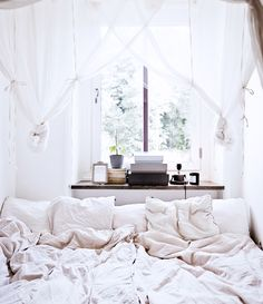 18 Small Bedroom Design Ideas - Decorate A Stylish Tiny Bedroom - Page 13 All White Bedroom, Cozy Bedroom, Dream Bedroom, Bedroom Decor, White Bedrooms, Bedroom Ideas, Coziest Bedroom, Magical Bedroom, Bedroom Inspiration