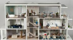 Modern Mini Houses: MCHUCLA: Contemporary Beach House 1 by Jeffrey Alan Marks and Elizabeth Dinkel Modern Dollhouse Furniture, Miniature Furniture, Dollhouse Interiors, Doll Furniture, Lps Houses, Mini Houses, Contemporary Beach House, Miniature Rooms, Miniature Dollhouse