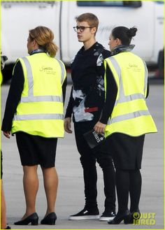Justin Bieber Travels With 'Occupy All Streets' Book in England   justin bieber glasses airport england dog 02 - Photo