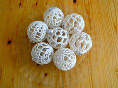 Gehaakte kerstballen / Crocheted baubles by evanstra, via Flickr