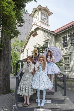 写真=札幌時計台をバックにロリータファッションで撮影