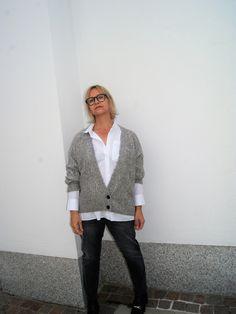 """08 /15 also eigentlich nichts Aufregendes und doch eine Kombination, die ich euch nicht vorenthalten möchte. Von meinen Kundinnen hör ich immer, """"A nein ich hab schon glaub ich mindestens 1… Fashion 2017, Street Style, Sweaters, Jackets, Blouse, Down Jackets, Urban Style, Pullover, Sweater"""
