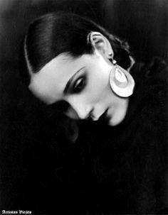 Dolores del Rio, Circa 1920 -- Portrait - Black and White - Photography - Pose Old Hollywood Glamour, Golden Age Of Hollywood, Vintage Hollywood, Classic Hollywood, Hollywood Star, Fotografia Retro, 3 4 Face, Foto Portrait, Silent Film Stars