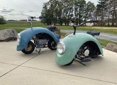 These cute Volkspods mini bikes are made from original Volkswagen Beetle parts. Brent Walter has taken original Volkswagen Beetle parts to create this… Coccinelle Volkswagen Vintage, Volkswagen Beetle Vintage, Vw T1, Volkswagen Bus, Vw Camper, Retro Bikes, Scooter Vintage, Vintage Cars, Vintage Photos