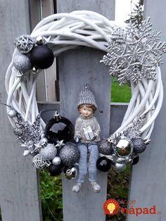 Kúpili len holý kruh z prútia za pár drobných: Keď uvidíte tie úžasné nápady, na prečačkané vence v obchode už ani nepozrite! Pink Christmas Decorations, Easy Christmas Crafts, Christmas Centerpieces, Homemade Christmas, Christmas Ornaments, Snowflake Wreath, Diy Wreath, White Wreath, Illustration Noel