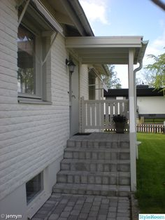 trappa,entre Sas Entree, House Awnings, Summer Porch Decor, Outdoor Awnings, Front Door Entrance, Front Porch, Porch Steps, Outdoor Stairs, Porch Makeover